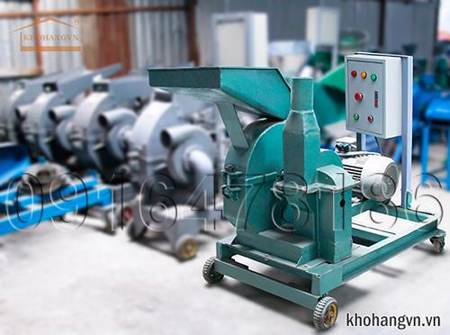 Hình ảnh máy nghiền ngô hạt 3A S7,5Kw bên cạnh các loại máy khác của công ty